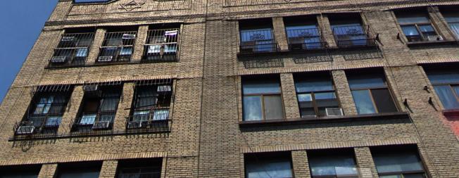 顯利街165號頂層被房東非法分隔成11間迷你房間。(谷歌截圖)