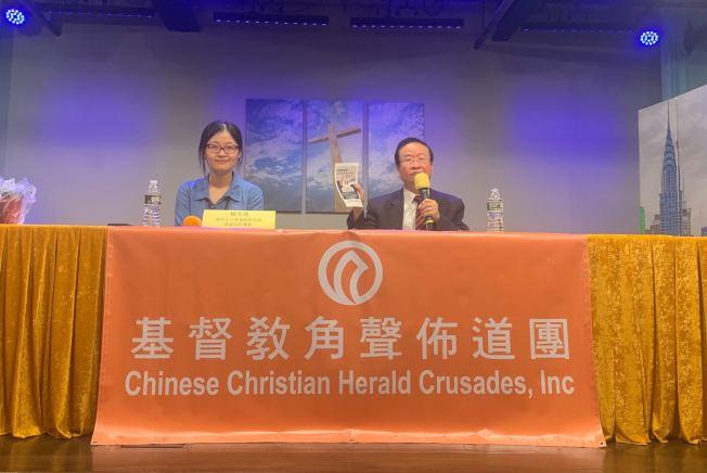 楊天琪(左)表示,人口普查的數據不得與任何政府機構、法院或個人分享,違者將面臨監禁或高額的罰款;右為陳熾。(記者牟蘭/攝影)