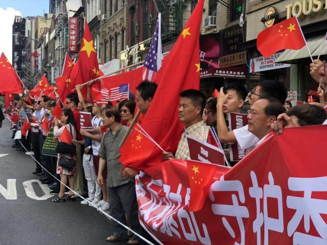 美東華人社團聯合總會組織上百人分庭抗禮。(記者張晨/攝影)