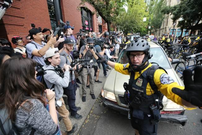 警方為極右團體遊行清出一條通道。(Getty Images)