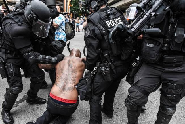 一名反極右團體的民眾因為行動過激,被警察當場逮捕。(Getty Images)