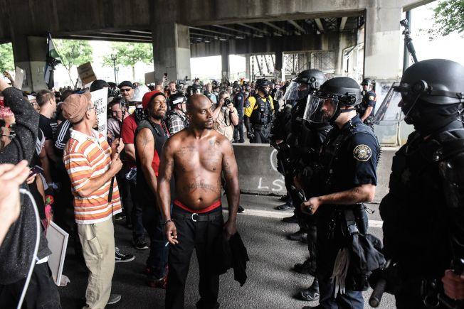 反示威者只能隔者警方人牆,望著極右團體遊行。(Getty Images)