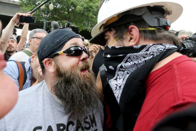 極右團體在俄勒岡波特蘭市遊行,和反極右團體民眾對峙互嗆。(Getty Images)