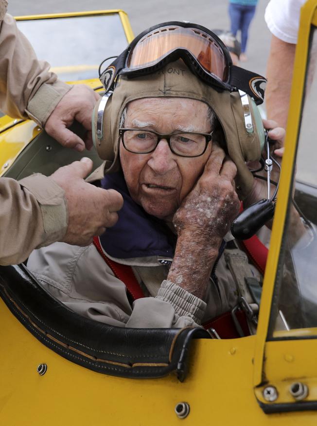 老年人要學會放飛自我,不可一直纏者孩子。(美聯社)