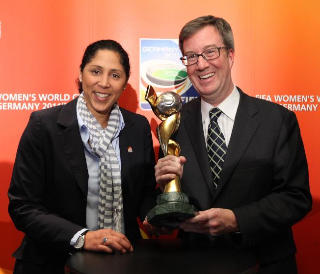 加拿大渥太華市長華森(右)17日在媒體撰文宣布自己是同性戀。圖為他出席女子足球活動的檔案照。(Getty Images)