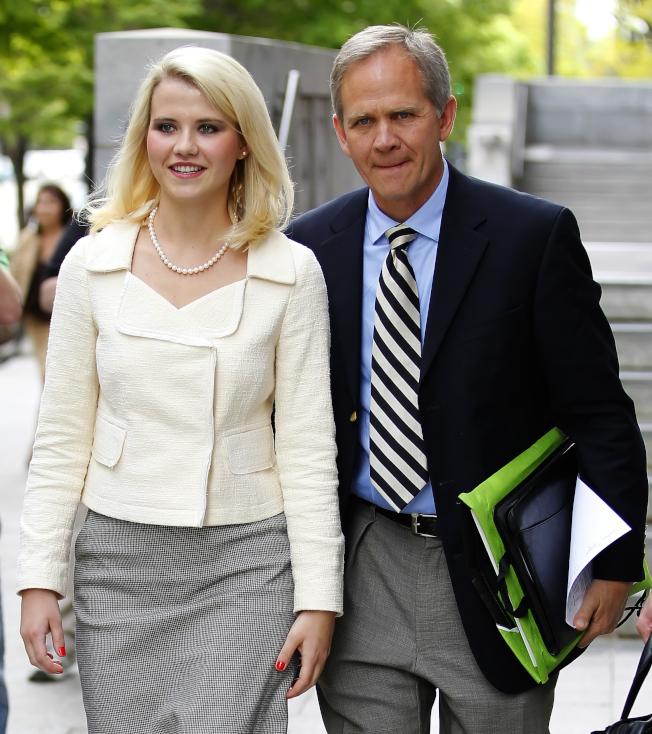 64歲的艾德.史馬特(右)透過臉書寫信出櫃信。圖為他2011年陪女兒在猶他州出庭。(Getty Images)