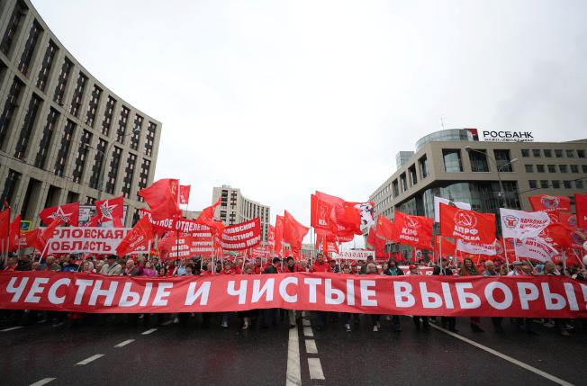 俄國共產黨呼籲自由選舉的集會獲當局許可,也於17日登場。(路透)