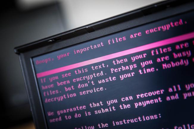 網路勒索事件頻傳,促使各城市考慮購買保險。圖為一部遭勒贖軟體劫持的電腦畫面。(Getty Images)