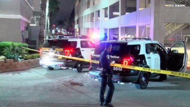 河濱市警方封鎖槍擊案現場,右為男子陳屍的立體停車場。(KTLA電視台)