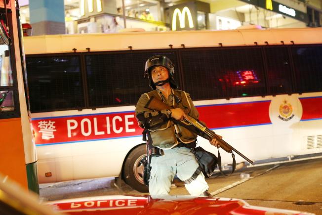 香港市民發起網上問卷調查顯示,自認「和平、理性、非暴力」的示威者,有98%認為警方沒有公正執法,圖為港警17日晚湧進旺角鬧區強制驅離示威者。(歐新社)