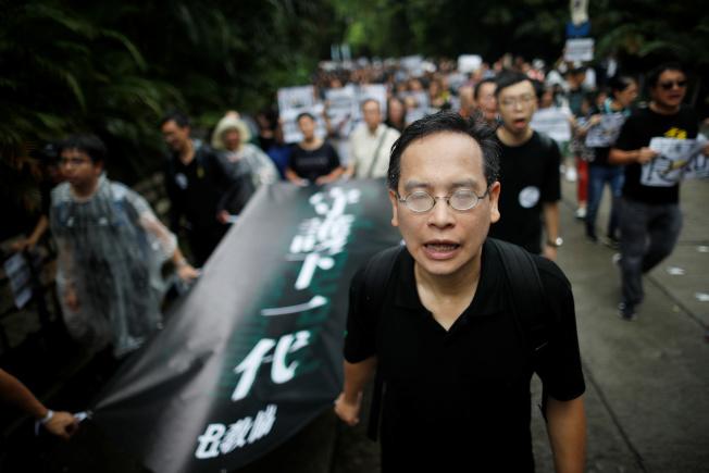 香港市民發起網上問卷調查顯示,87%自認「和平、理性、非暴力」的示威者,不會跟在抗爭前線的「勇武者」割席(切割)。圖為香港教師17日罕見地走上街頭,要求港府回應民間訴求。(路透)