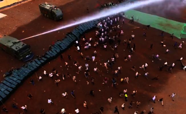 出動水炮車驅散示威者。(影片截圖)