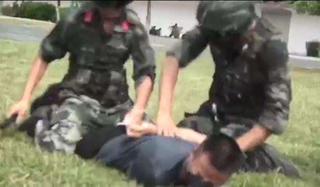 武警抓獲「示威者」。(影片截圖)