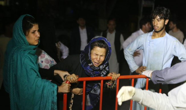 一名婦女在得知她的丈夫和兩名兒子在爆炸後喪生後,忍不住放聲大哭。(歐新社)
