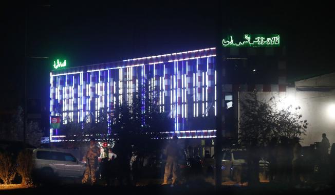 阿富汗首都喀布爾一家飯店的婚宴會場17日晚間發生炸彈爆炸事件,警方事後在會場外戒備。(美聯社)