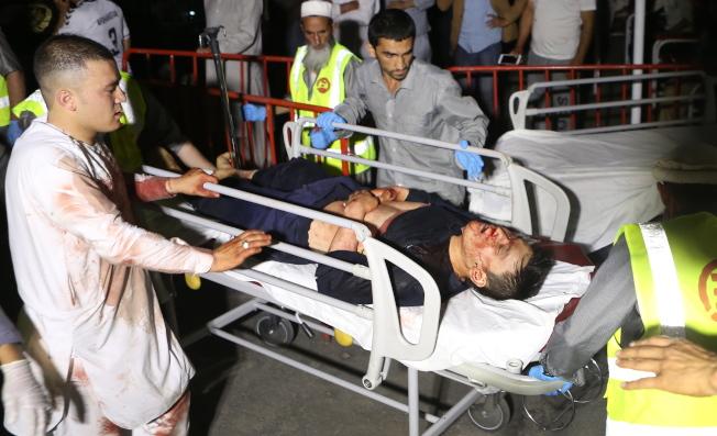 阿富汗首都喀布爾一家飯店的婚宴會場17日晚間發生炸彈爆炸事件,有超過1000人出席婚禮,導致多人死傷。(歐新社)