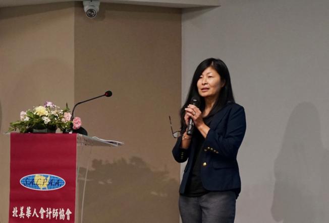 國稅局(IRS)華裔專員劉卓君(June Liu)17日分享「國稅局查稅時你的權利與責任」。(記者陳開/攝影)