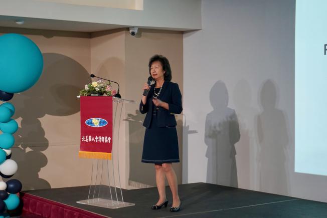 北美華人會計師協會理事洪芬華17日分享「房地產產權持有方式及其稅賦影響」。(記者陳開/攝影)