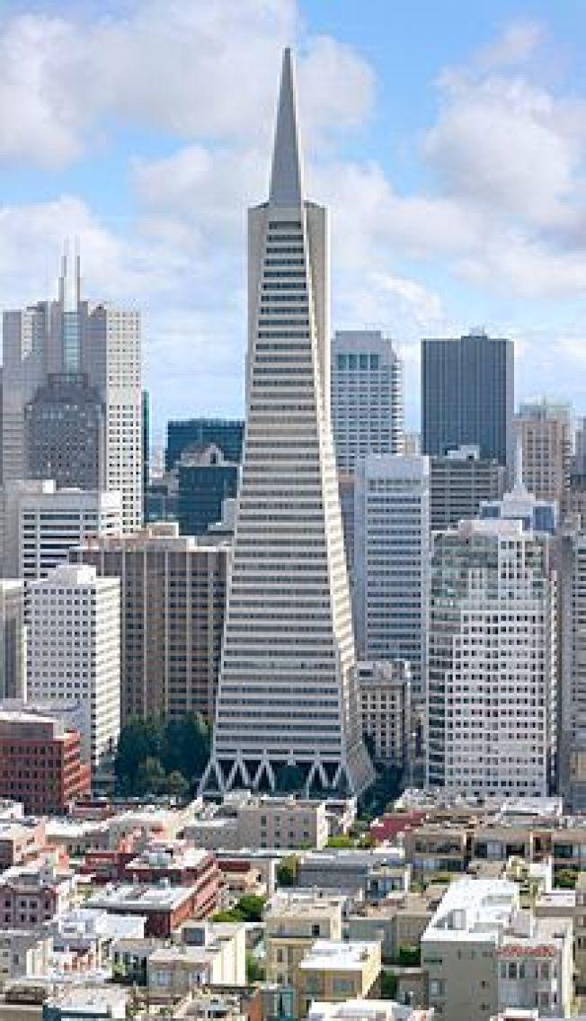 位於南邊的泛美金字塔大廈(Transamerica Pyramid),正掛牌出售,這是這棟著名地標自1972年建成以來的首次出售。(Getty Images)