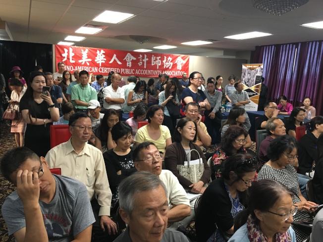 現場有不少人站著聽完了整場論壇。(記者謝雨珊/攝影)
