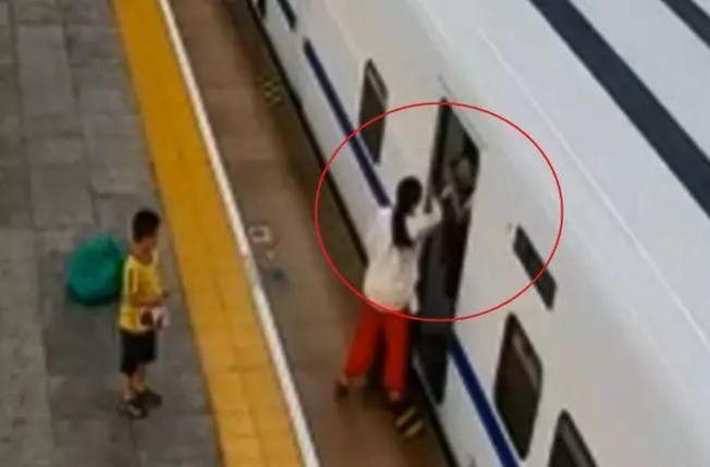 女子掌摑高鐵乘務員,孩子在旁目睹全程。(取材自揚子晚報)