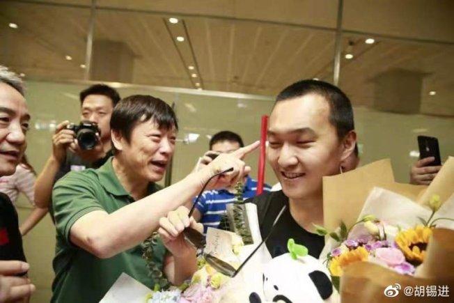胡錫進指著付國豪的臉說,傷痕還沒好。(取材自微博)