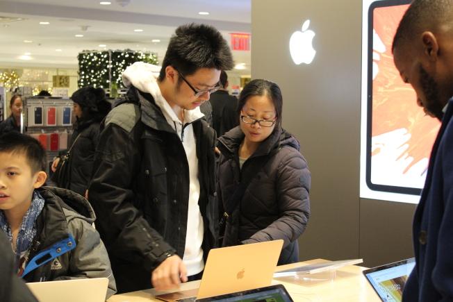 美中貿易戰持續、人民幣對美元日前再跌破7,中國遊客來美旅遊、購物等興致缺缺。(本報檔案照)