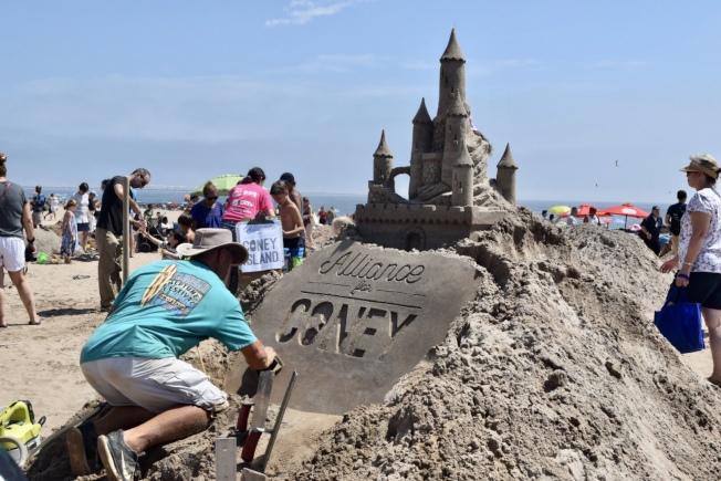 參賽者在烈日當空下細心雕刻作品。(記者顏潔恩/攝影)