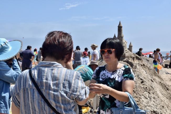 不少華裔被作品吸引,紛紛拍照留念。(記者顏潔恩/攝影)