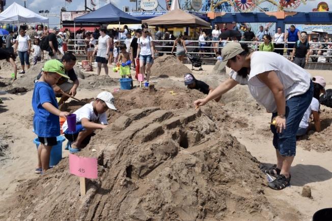莊雅裕與兩名兒子努力完成作品。(記者顏潔恩/攝影)