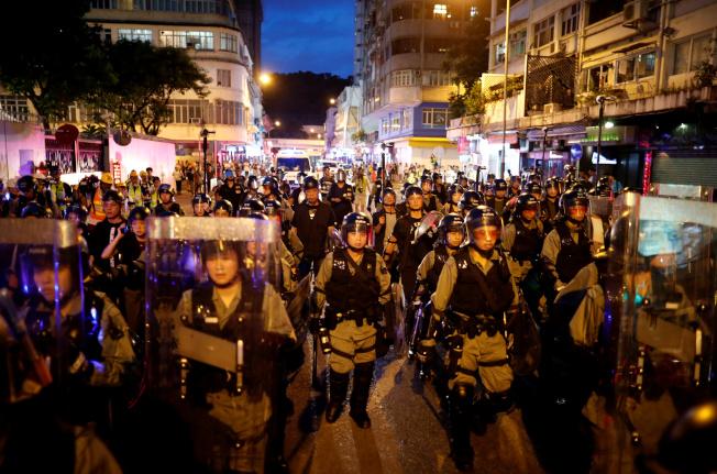 香港市民發起「收復紅土」(紅磡、土瓜灣)活動,成千上萬人上街遊行。圖為入夜後大批防暴警察上街戒備。(路透)