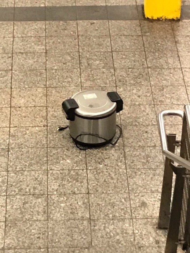 格瑞芬在不同場所放置三個相同品牌和型號的電飯鍋。(市警提供)