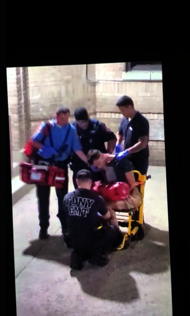 市警在布朗士逮捕格瑞芬時,他因吸毒過量已神志不清。(視頻截圖)