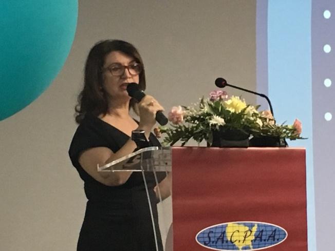 國稅局資深外展服務主管Narina Bchtikian呼籲納稅人慎重選擇報稅人員。(記者謝雨珊/攝影)