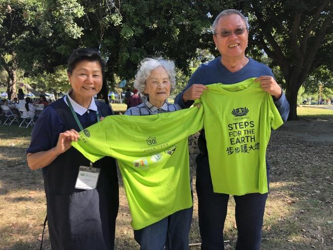 來自台灣的呂蔡音(中)今年90歲,和兒子兒媳一同參加健走活動。(記者李雪/攝影)