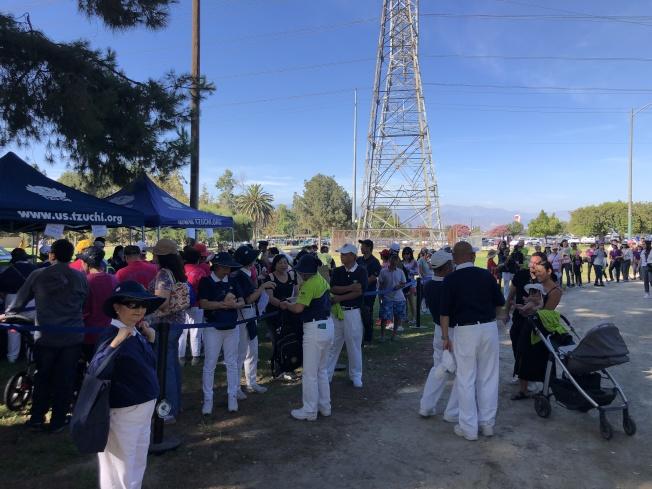 慈濟健走活動吸引超過1500人參加。(記者李雪/攝影)