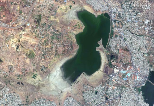 連年降雨不足,四大水庫水位降至70年來最低,乾枯見底,城市供水系統幾乎失能。圖為印度清奈的普札爾水庫(Puzhal reservoir)2019年4月時的衛星空拍圖。(路透)