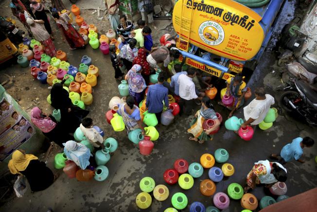 坦米爾納杜邦政府更從6月開始,每日發動9800輛的水車,將從外地送來的水,有限配給分發。清奈市民們拿著五顏六色的塑膠大水壺,每日排上數小時的隊等待取水,也成了清奈乾旱的日常光景。 (美聯社)