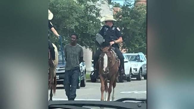 蓋文斯頓市警局用騎警押解非裔嫌犯,引起軒然大波。(臉書照片)