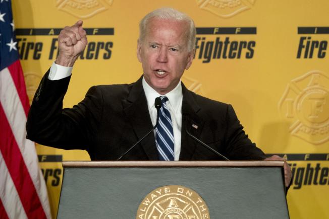 儘管歐巴馬不鼓勵他再度出馬,前副總統白登不願放棄擊敗川普的機會。(美聯社)