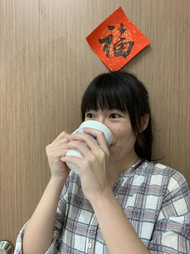 水分的補充可依照每人每日熱量的攝取建議,如一名女性建議每天攝取1200大卡,每天就可攝取1200毫升的水分,且可以再多一些。(記者陳雨鑫/攝影)