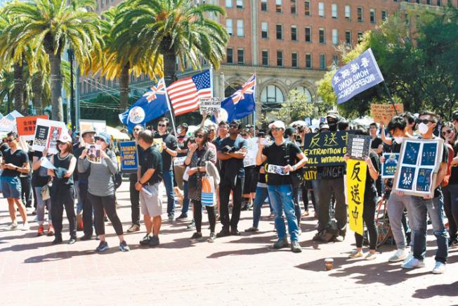 美國國旗、港英政府旗幟和「香港獨立」旗幟在示威現場成為焦點。(記者黃少華/攝影)