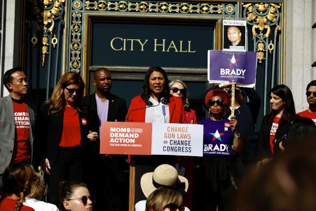 舊金山市長布里德(左四)至今仍對12歲那年發生在身邊的一起槍擊案記憶猶新。(記者黃少華/攝影)