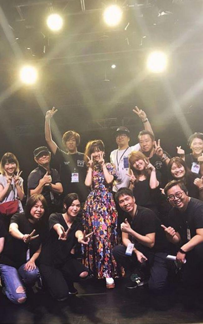 大塚愛(中)開心和演唱會現場工作人員拍照。(取材自Instagram)