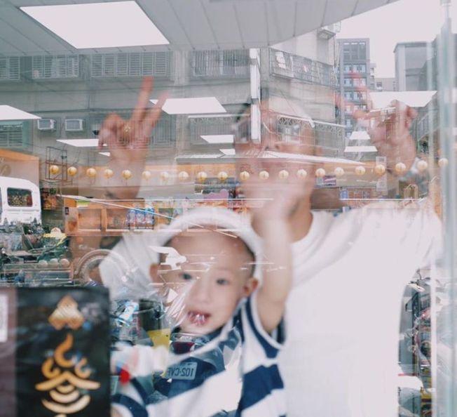 余文樂曬出疑似與兒子的合照。(取材自Instagram)