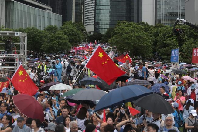 親北京的香港建制派組織「守護香港大聯盟」發起的「反暴力、救香港」集會,17日在金鐘添馬公園舉行,力挺港府和警方。(歐新社)