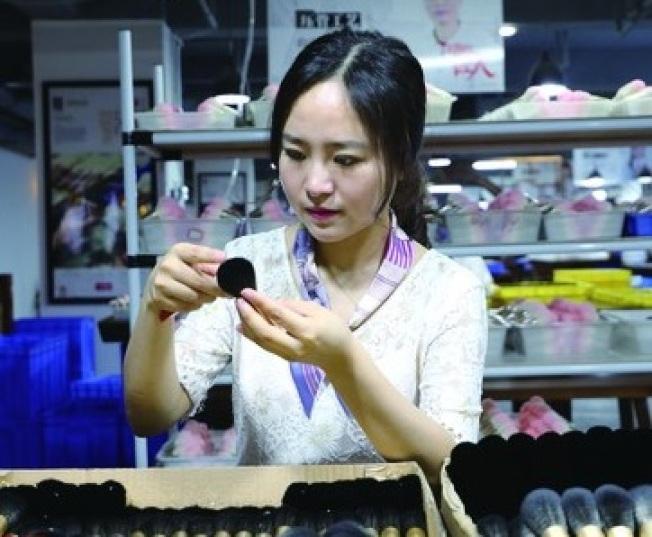 1989年出生的楊洋投身美妝業,主攻刷具,如今產品行銷全球45國。(取材自新華網)