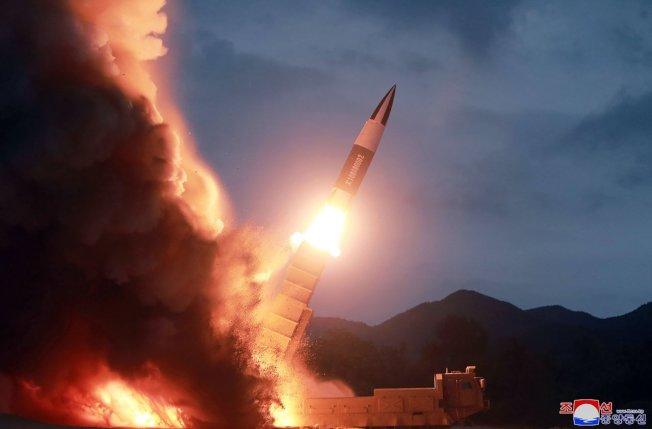 韓聯社引述南韓聯合參謀本部報導,北韓16日再度發射兩枚不明飛行物。圖為北韓提供8月10日發射短程彈道飛彈的照片。美聯社