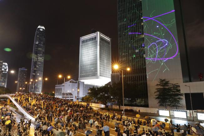 香港民陣下午在銅鑼灣維多利亞公園舉行「流水式」反對修訂《逃犯條例》集會,數十萬香港民眾冒雨出席。美聯社