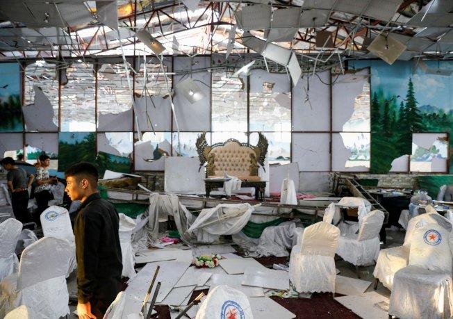 首都喀布爾的一場婚禮周六(17日)晚間發生自殺炸彈客引爆炸彈的悲劇,造成63人死亡、182人受傷。路透